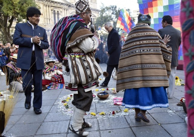 Bolivian President Evo Morales (L), Vice-President Alvaro Garcia Linera (C) and the Minister of the Presidency Rene Martinez (R) participate in an Andean ritual performed at a square in La Paz on March 21, 2017 as Morales's government submitted its response to a counter-suit filed by Chile at the International Court of Justice (ICJ), the latest legal wrangling in landlocked Bolivia's long-standing struggle to regain access to the Pacific Ocean. The two countries, currently locked in a bitter border dispute at the ICJ, severed diplomatic ties in 1978 and have a beef dating back to the War of the Pacific in the 19th century, when Bolivia lost its access to the sea to Chile. / AFP PHOTO / Aizar RALDES