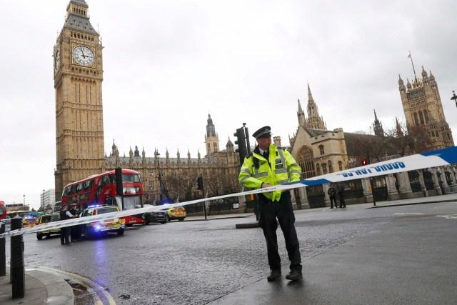 Un policía acordona la plaza del Parlamento británico en Londres luego de que se escucharon fuertes detonaciones, mar 22, 2017. Al menos una decena de personas resultaron heridas en el Puente de Westminster, en Londres, después de que se escucharon fuertes detonaciones a las afueras del Parlamento británico, afirmó un fotógrafo de Reuters el miércoles. REUTERS/Stefan Wermuth