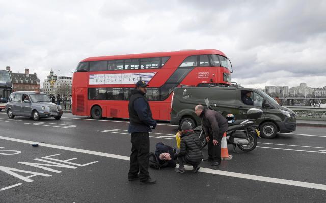 """Una persona en el suelo tras resultar herida luego de un tiroteo en el puente de Westminster en Londres, mar 22, 2017. Un policía fue apuñalado, un atacante fue abatido a tiros y varias personas resultaron heridas el miércoles cerca del Parlamento en Londres, en un suceso que está siendo tratado como un """"incidente terrorista"""" por la policía. REUTERS/Toby Melville"""
