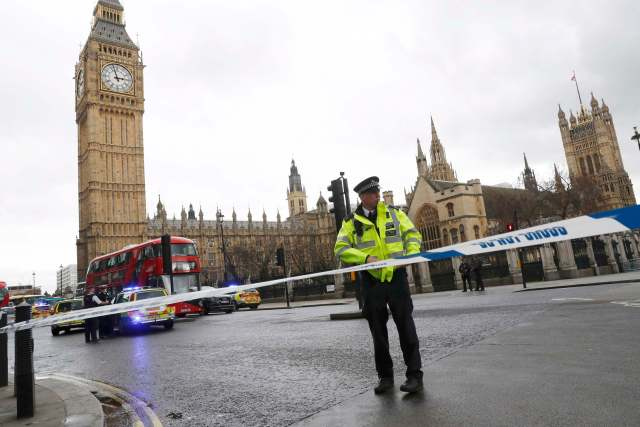 """Un policía acordona la plaza del Parlamento británico en Londres luego de que se escucharon fuertes detonaciones, mar 22, 2017.Un policía fue apuñalado, un atacante fue abatido a tiros y varias personas resultaron heridas el miércoles cerca del Parlamento en Londres, en un suceso que está siendo tratado como un """"incidente terrorista"""" por la policía. REUTERS/Stefan Wermuth"""