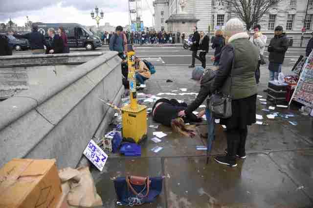 """Una mujer en el suelo tras un tiroteo en el puente de Westminster en Londres, mar 22, 2017. Un policía fue apuñalado, un atacante fue abatido a tiros y varias personas resultaron heridas el miércoles cerca del Parlamento en Londres, en un suceso que está siendo tratado como un """"incidente terrorista"""" por la policía. REUTERS/Toby Melville"""