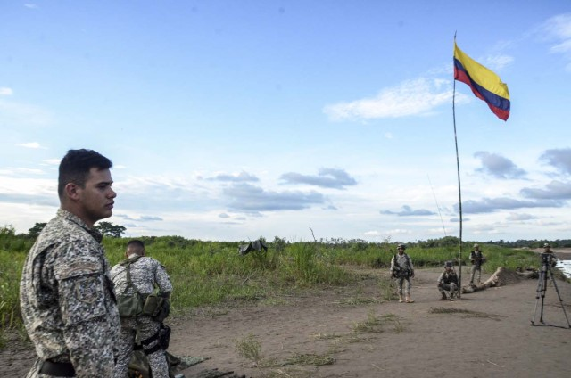 """Colombian soldiers arrive at the site where Venezuelan soldiers would have installed a camp in Colombian territory, in Arauquita, department of Arauca, Colombia, on March 23, 2017.  Colombia strongly protested to Venezuela about the incursion of the country's military in its territory, a situation that President Juan Manuel Santos called """"unacceptable"""" shortly before announcing the withdrawal of the last soldier in the affected area. / AFP PHOTO / DANIEL MARTINEZ"""