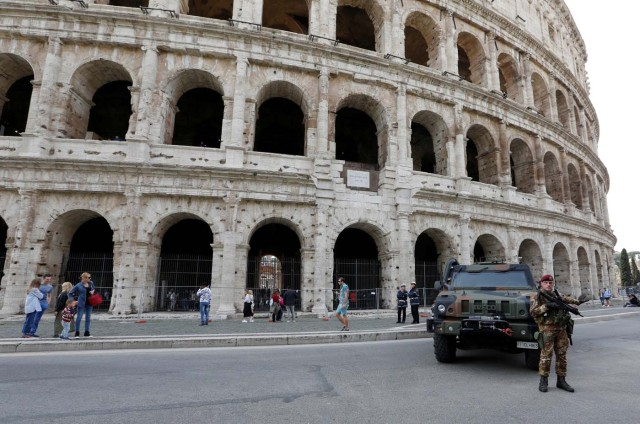 Italian soldier patrols in front of the Colosseum in Rome, Italy March 24, 2017. REUTERS/Remo Casilli
