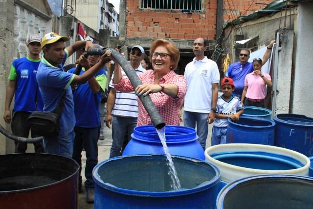 Entrega de agua y recursos, La Dolorita - Petare (1)