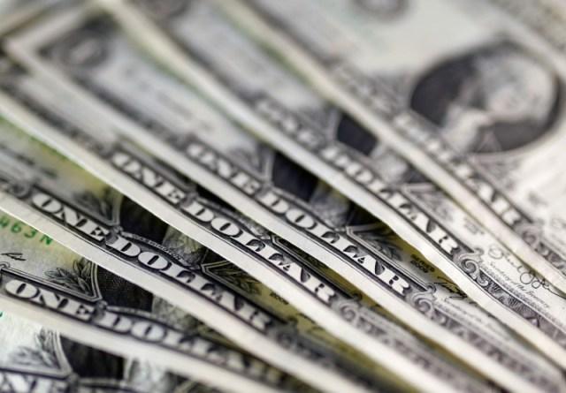 En la imagen se ven billetes de un dólar REUTERS/Dado Ruvic/Illustration