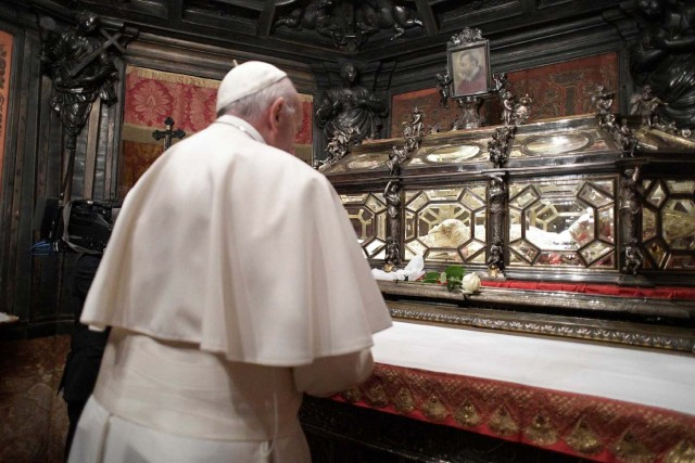 Pope Francis prays before the tomb of Saint Carlo Borromeo, a 16th century archbishop of Milan, at the Duomo, the cathedral of Milan, in Milan, Italy, March 25, 2017.     Osservatore Romano/Handout via Reuters ATTENTION EDITORS - THIS IMAGE WAS PROVIDED BY A THIRD PARTY. EDITORIAL USE ONLY. NO RESALES. NO ARCHIVE.