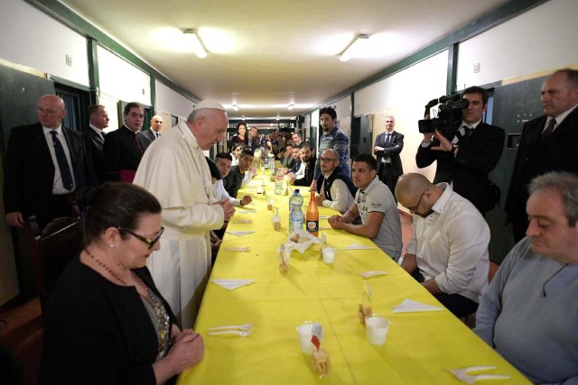 Pope Francis leads prayers before lunch with inmates in the Third Wing of the San Vittore Prison in Milan, Italy, March 25, 2017.     Osservatore Romano/Handout via Reuters ATTENTION EDITORS - THIS IMAGE WAS PROVIDED BY A THIRD PARTY. EDITORIAL USE ONLY. NO RESALES. NO ARCHIVE.