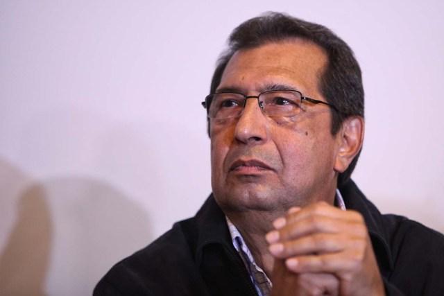 """MEX002. CIUDAD DE MÉXICO (MÉXICO), 24/03/2017.- El ministro de Cultura de Venezuela, Adán Chávez, durante una rueda de prensa hoy, viernes 24 de marzo de 2017, en Ciudad de México (México). Chávez afirmó hoy que Venezuela apuesta al diálogo al responder a los países de la OEA que alistan una declaración conjunta para presionar a Caracas a programar un calendario electoral y liberar a los """"presos políticos"""". """"Seguimos dialogando, es una de nuestras principales líneas de trabajo, el llamado al diálogo. Apostamos por la paz y exigimos respeto"""", sostuvo Chávez, hermano mayor del fallecido presidente Hugo Chávez (1999-2013), durante una visita a la Ciudad de México. EFE/Sáshenka Gutiérrez"""