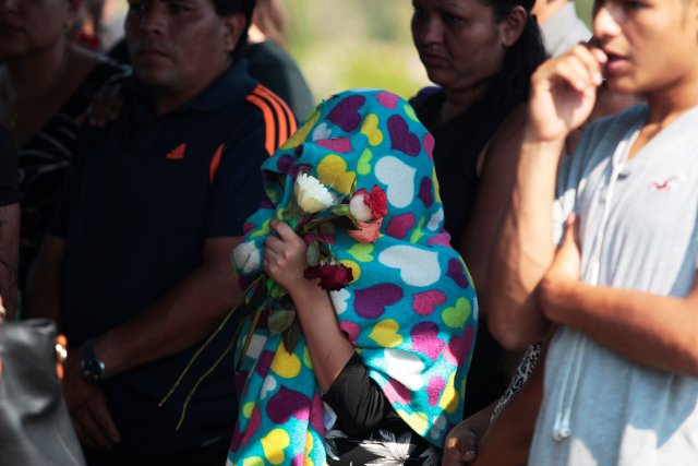 Relatives attend the funeral of Diana Lemus, 21, and her sister Yamileth, 7, who according to local media were kidnapped before their bodies were found, in San Salvador, El Salvador, March 25, 2017. REUTERS/Jose Cabezas