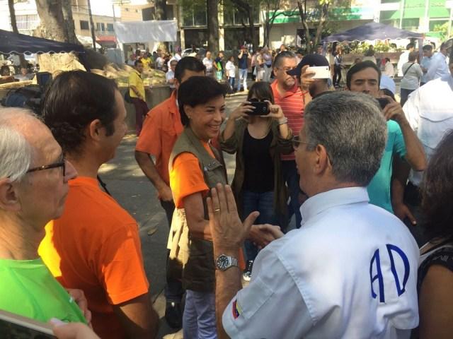 Antonieta de López saluda a Henry Ramos Alluo en el centro de validación de AD en la Plaza Bolívar de Chacao, este domingo 26 de marzo de 2017