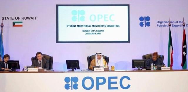 El ministro de Petróleo de Kuwait, Ali Al-Omair, pronuncia el discurso de apertura de la segunda reunión de la Comisión Ministerial Conjunta de Supervisión de la OPEP, mientras el ministro de Energía de Rusia, Alexander Novak, y el Secretario General de la OPEP, Mohammad Barkindo, asisten al encuentro en la ciudad de Kuwait, Kuwait. 26 de marzo, 2017. Una comisión conjunta de ministros de la OPEP y productores externos al grupo recomendó extender por seis meses un acuerdo global para reducir el bombeo de petróleo, mostró el domingo el borrador de un comunicado de prensa de su reunión. REUTERS/Stephanie McGehee