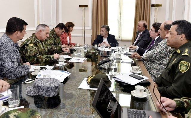 Juan Manuel Santos (c), durante una reunión con su canciller, María Ángela Holguín (i), su ministro de la Defensa, Luis Carlos Villegas (d) y la Cúpula Militar y de Policía hoy, jueves 23 de marzo de 2017, en Bogotá (Foto presidencia de Colombia/EFE)