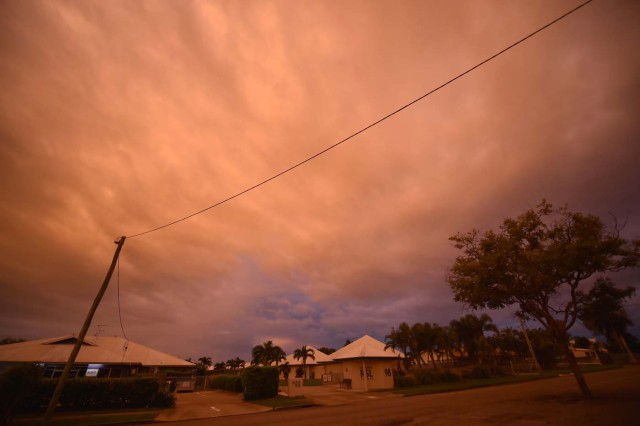 Storm clouds gather in the town of Ayr in far north Queensland as Cyclone Debbie approaches on March 27, 2017. Thousands of people including tourists were evacuated on March 27, 2017 as northeast Australia braced for a powerful cyclone packing destructive winds with warnings of major structural damage and surging tides. / AFP PHOTO / PETER PARKS