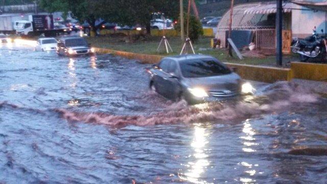 Una megalaguna se formó en el Distribuidor Altamira de la Autopista Francisco Fajardo de Caracas tras las fuertes lluvias de este lunes. Foto: @solanojuanc