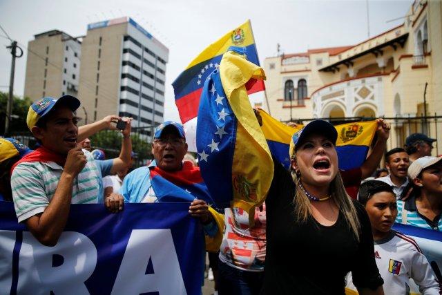 Venezolanos protestan frente a la sede de la cancillería en Lima, Perú en respaldo a la democracia. REUTERS/Guadalupe Pardo