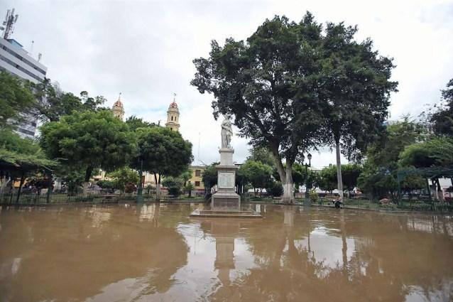 LIM01 PIURA (PERÚ), 28/03/2017.- Vista de hoy, martes 28 de marzo del 2017, de la inundada Plaza de Armas de la ciudad de Piura a unos 1000 kms. al norte de Lima (Perú). El presidente de Perú, Pedro Pablo Kuczynski, informó hoy que la región norteña de Piura será declarada en emergencia, luego de las grandes inundaciones que este lunes dejaron cuatro muertos y decenas de miles de damnificados. EFE/Oscar Farje/Agencia Andina/SOLO USO EDITORIAL