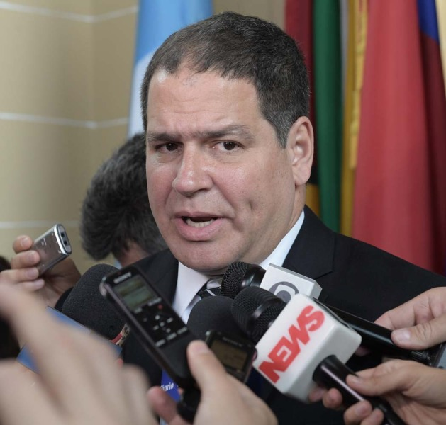 """MIA22. WASHINGTON, DC (EE.UU.), 28/03/2017.- El presidente de la Comisión de Política Exterior del Parlamento venezolano, el opositor Luis Florido, habla hoy martes 28 de marzo de 2017 con los periodistas antes de la sesión extraordinaria convocada por 18 países del Consejo Permanente de la OEA , en Washington DC(EE.UU.). Florido explicó que pidio a Almagro y a """"algunos"""" países de la OEA que apliquen la Carta Democrática Interamericana a Venezuela para presionar al Gobierno de Nicolás Maduro a convocar elecciones anticipadas """"lo más pronto posible"""". EFE/LENIN NOLLY"""