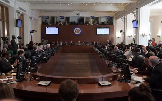 """MIA43 WASHINGTON, DC (EE.UU), 28/03/2017.- El Embajador de México ante la OEA, Luis de Alba (d), pide la palabra hoy, martes 28 de marzo de 2017, durante la sesión extraordinaria sobre la situación en Venezuela, gracias al apoyo de 20 de los 34 países miembros, y a la que se opusieron 11 naciones, en Washington, DC (EEUU. La sesión se inicio dos horas más tarde de lo previsto, después de que Venezuela, con el apoyo de Bolivia y Nicaragua, tratara de impedir la celebración alegando que la reunión viola el principio de """"no intervención en los asuntos internos de los Estados miembros"""". Para celebrar la sesión eran necesarios 18 votos y hubo 20, ya que Belice y Guyana se sumaron a los 18 países que habían solicitado la sesión: Canadá, Argentina, Brasil, Chile, Colombia, Costa Rica, Estados Unidos, Guatemala, Honduras, México, Panamá, Paraguay, Perú, Uruguay, Barbados, Bahamas, Santa Lucía y Jamaica. EFE/LENIN NOLLY."""