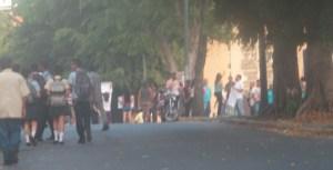 Ciudadanos protestan adyacente al barrio La Lucha por falta de los Clap