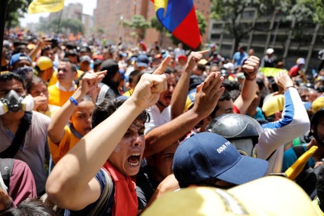 Manifestantes en una protesta contra el gobierno en Caracas, Venezuela. 4 de abril 2017. Simpatizantes de la oposición se enfrentaron el martes con palos y piedras a las fuerzas de seguridad de Venezuela, luego de que contingentes antimotines bloquearon una marcha en Caracas contra el gobierno de Nicolás Maduro con gases lacrimógenos.REUTERS/Carlos Garcia Rawlins