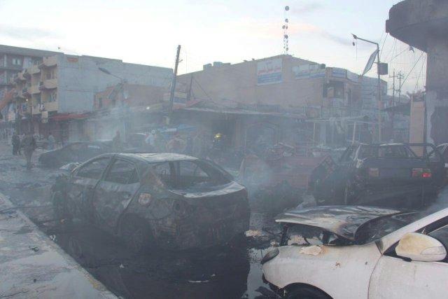 IMAGEN DE ARCHIVO: Autos quemados se pueden ver en el sitio de la explosión en las calles de Tikrit, Irak. 15 marzo 2017. Al menos 31 personas fallecieron, incluyendo 14 policías, y más de 40 resultaron heridas en ataques nocturnos llevados a cabo por militantes del grupo extremista Estado Islámico en la ciudad de Tikrit, en el norte de Irak, dijeron el miércoles fuentes de seguridad y médicas. REUTERS/Stringer EDITORIAL USE ONLY. NO RESALES. NO ARCHIVE.