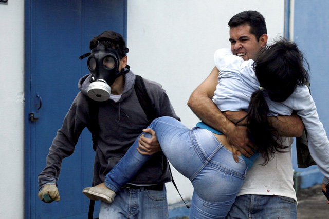 Heridos en protestas de San Cristóbal. REUTERS/Carlos Eduardo Ramirez