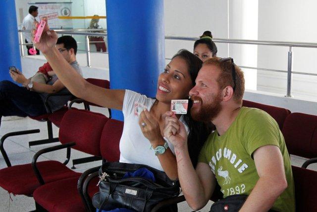 Ciudadanos venezolanos se toman una selfi después de obtener su Permiso Temporal de Permenancia en Lima el 6 de febrero de 2017. Credit Guadalupe Pardo/Reuters