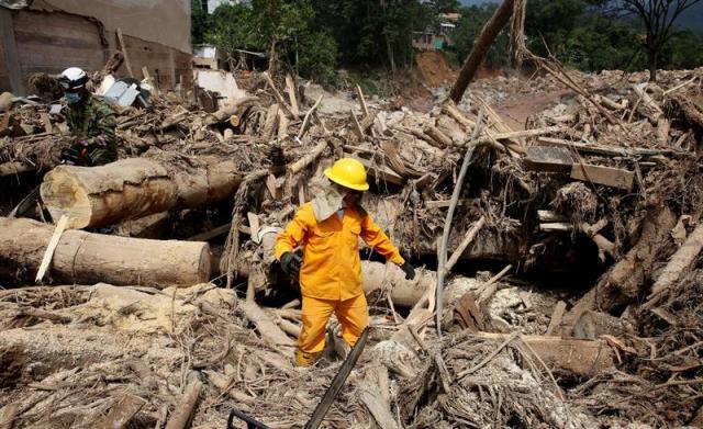 Miembros del Ejército de Colombia y voluntarios ayudan a realizar labores de limpieza de escombros y recuperación de cuerpos, hoy, miércoles 5 de abril de 2017, luego de una avalancha que el pasado 1 de abril afectó 17 barrios dejando más de 250 muertos, en Mocoa (Colombia). EFE/LEONARDO MUÑOZ