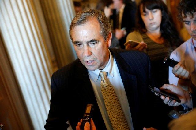 Jeff Merkley se enfrenta a la prensa tras hablar 15 horas seguidas (Foto Reuters)