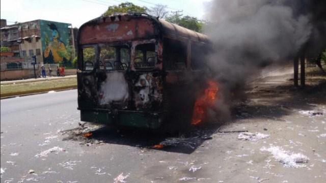 El autobús fue incendiado en la avenida Universidad de aragua. Foto: @juliocesarnava