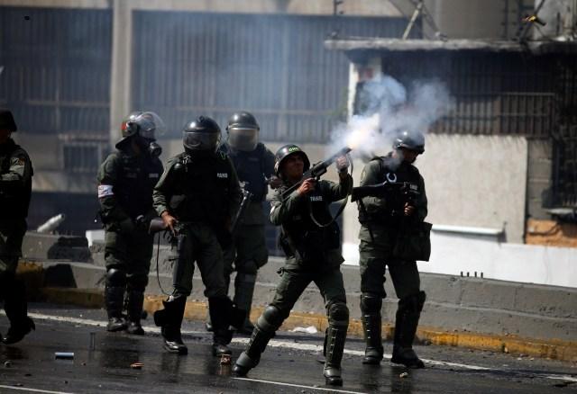 A Venezuelan national guard shoots tear gas during an opposition rally in Caracas, Venezuela, April 6, 2017. REUTERS/Carlos Garcia Rawlins