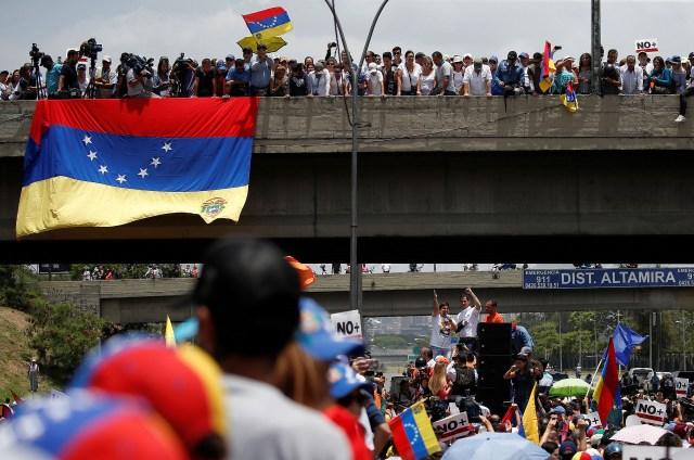 Congressman Freddy Guevara (C) addresses demonstrators during an opposition rally in Caracas, Venezuela, April 6, 2017. REUTERS/Carlos Garcia Rawlins