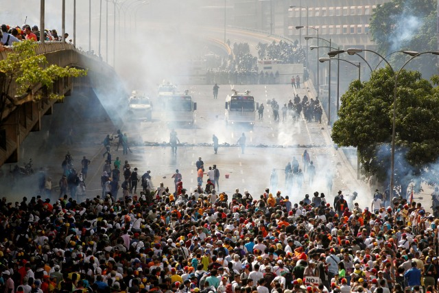 Demonstrators clash with the police during an opposition rally in Caracas, Venezuela, April 6, 2017. REUTERS/Christian Veron TPX IMAGES OF THE DAY