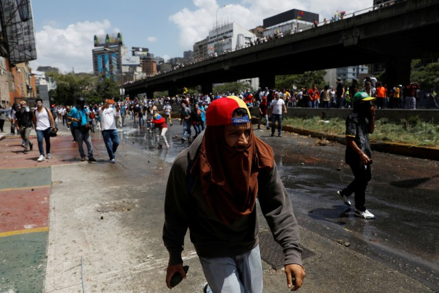 REFILE - REMOVING EXTRANEOUS WORD Demonstrators clash with security forces during an opposition rally in Caracas, Venezuela April 6, 2017. REUTERS/Carlos Garcia Rawlins