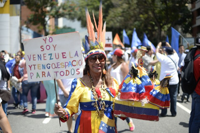 Venezuelan opposition activists shout slogans during a protest against the government of President Nicolas Maduro on April 6, 2017 in Caracas. The center-right opposition vowed fresh street protests -after earlier unrest left dozens of people injured - to increase pressure on Maduro, whom they blame for the country's economic crisis. / AFP PHOTO / FEDERICO PARRA