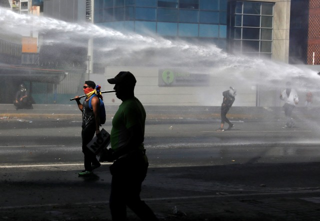 Demonstrators clash with security forces during an opposition rally in Caracas, Venezuela, April 6, 2017. REUTERS/Carlos Garcia Rawlins