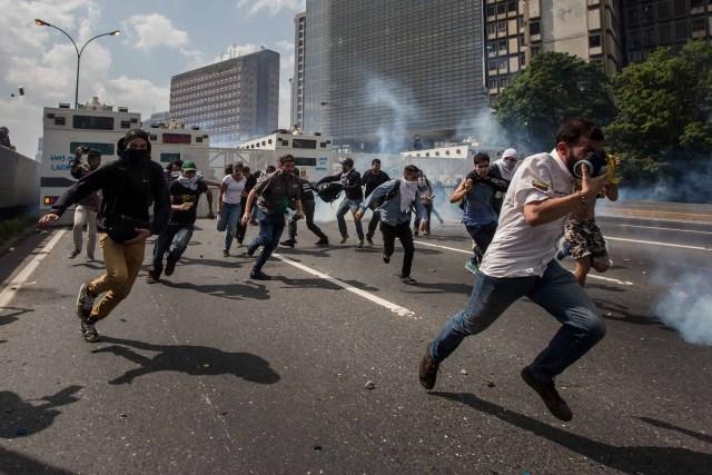 CAR01. CARACAS (VENEZUELA), 06/04/2017 - Un grupo de personas participa en una manifestación de opositores al gobierno de Nicolás Maduro hoy, jueves 6 de abril de 2017, en Caracas (Venezuela). Dos fotógrafos de la Agencia EFE en Caracas resultaron hoy heridos durante una protesta opositora en Caracas cuando agentes de los cuerpos de seguridad dispararon a quemarropa contra ellos mientras cubrían gráficamente la manifestación en el este de la capital venezolana. EFE/MIGUEL GUTIERREZ