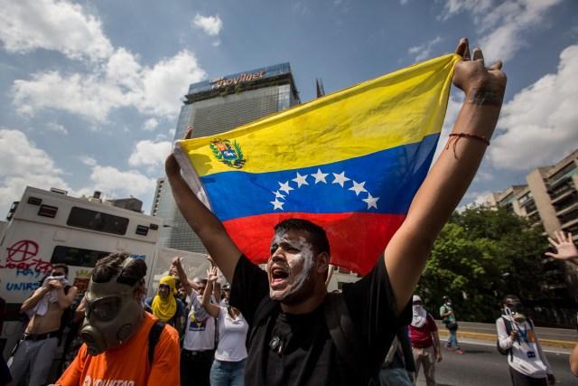 CAR01. CARACAS (VENEZUELA), 06/04/2017 - Un grupo de personas participa en una manifestación de opositores al gobierno de Nicolás Maduro hoy, jueves 6 de abril de 2017, en Caracas (Venezuela). Dos fotógrafos de la Agencia EFE en Caracas resultaron heridos durante una protesta opositora en Caracas cuando agentes de los cuerpos de seguridad dispararon a quemarropa contra ellos mientras cubrían gráficamente la manifestación en el este de la capital venezolana. EFE/MIGUEL GUTIERREZ