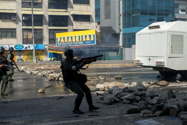 CAR01. CARACAS (VENEZUELA), 06/04/2017 - Miembros de la Guardia Nacional Venezolana dispersan una manifestación de opositores al gobierno de Nicolás Maduro hoy, jueves 6 de abril de 2017, en Caracas (Venezuela). Dos fotógrafos de la Agencia EFE en Caracas resultaron hoy heridos durante una protesta opositora en Caracas cuando agentes de los cuerpos de seguridad dispararon a quemarropa contra ellos mientras cubrían gráficamente la manifestación en el este de la capital venezolana. EFE/Manaure Quintero