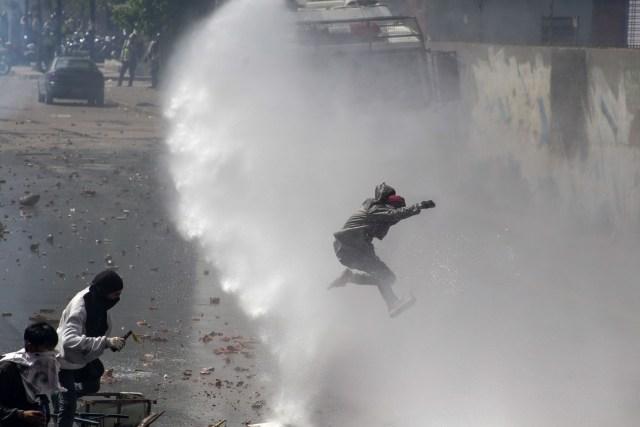 CAR01. CARACAS (VENEZUELA), 06/04/2017 - Varias personas resultan afectadas por gases lacrimógenos usados por efectivos de la Policía Nacional Bolivariana (PNB), para dispersar una manifestación de opositores al gobierno de Nicolás Maduro hoy, jueves 6 de abril de 2017, en Caracas (Venezuela). La Policía Nacional Bolivariana (PNB) dispersó hoy con gases lacrimógenos y agua una marcha opositora en Caracas que pretendía llegar hasta la Defensoría del Pueblo para pedir su respaldo al proceso iniciado por el Parlamento contra siete magistrados del Tribunal Supremo de Justicia (TSJ). EFE/CRISTIAN HERNÁNDEZ