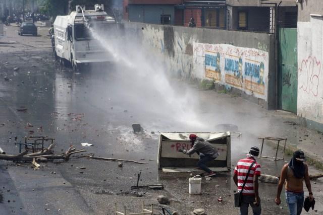 CAR01. CARACAS (VENEZUELA), 06/04/2017 - Efectivos de la Policía Nacional Bolivariana (PNB) dispersan una manifestación de opositores al gobierno de Nicolás Maduro hoy, jueves 6 de abril de 2017, en Caracas (Venezuela). Dos fotógrafos de la Agencia EFE en Caracas resultaron heridos durante una protesta opositora en Caracas cuando agentes de los cuerpos de seguridad dispararon a quemarropa contra ellos mientras cubrían gráficamente la manifestación en el este de la capital venezolana. EFE/CRISTIAN HERNÁNDEZ