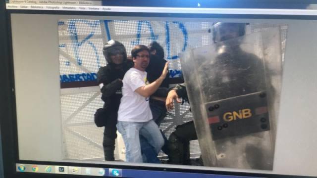 Diputado Freddy Guevara impidiendo detención de manifestante Vía @mgutierrezphoto