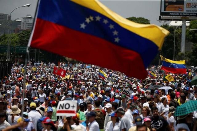 Manifestantes marchan durante una acto contra los jueces del Tribunal Supremo de Justicia en Caracas. 6 de abril de 2017. REUTERS/Carlos Garcia Rawlins