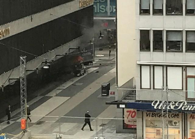 Un vehículo arremetió contra transeúntes que se encontraban en una calle del centro de Estocolmo causando heridos, dijo la policía el viernes. En la imagen, escena del lugar del incidente en el centro de Estocolmo, el 7 de abril de 2017. TT News Agency/Andreas Schyman/via REUTERS