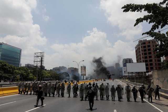Riot police take position as demonstrators rally against Venezuela's President Nicolas Maduro's government in Caracas, Venezuela April 10, 2017. REUTERS/Carlos Garcia Rawlins
