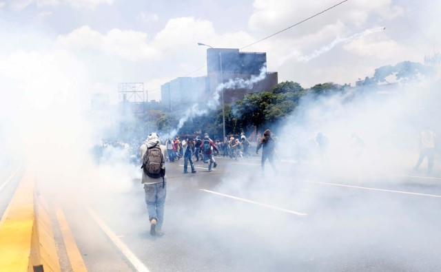 Demonstrators clash with riot police during a rally against Venezuela's President Nicolas Maduro's government in Caracas, Venezuela April 10, 2017. REUTERS/Carlos Garcia Rawlins TPX IMAGES OF THE DAY