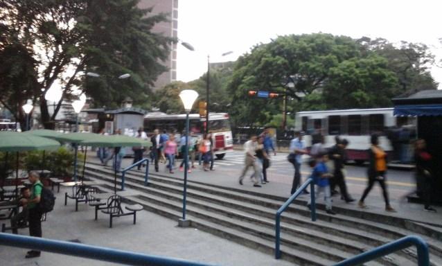 Gente caminando en Caracas