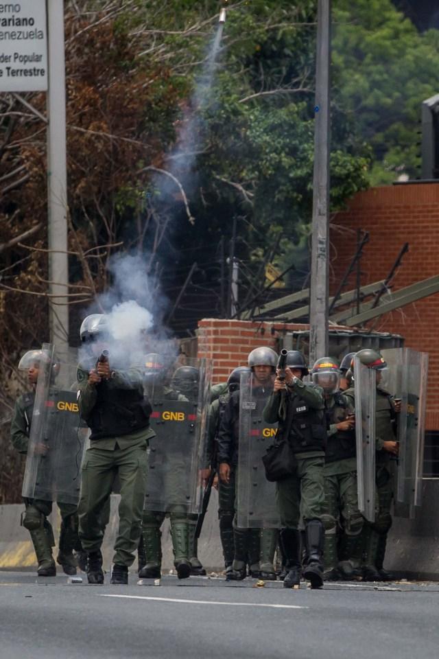 CAR01. CARACAS (VENEZUELA), 10/04/2017 - Miembros de la Guardia Nacional Bolivariana (GNB) participan en una manifestación hoy, lunes 10 de abril de 2017, en Caracas (Venezuela). Las fuerzas de seguridad de Venezuela disolvieron hoy, por quinta vez en los últimos diez días, una protesta opositora con cientos de participantes que pretendía acceder al centro de la ciudad para manifestarse en contra del Tribunal Supremo de Justicia (TSJ). EFE/MIGUEL GUTIÉRREZ