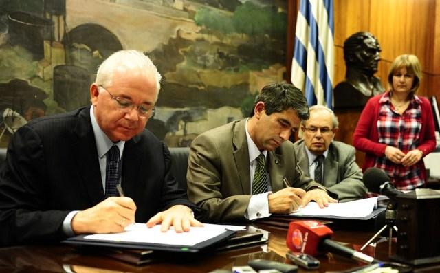 El entonces presidente de ANCAP, Raúl Sendic, recibió el 4 de agosto de 2012 al presidente de PDVSA, Rafael Ramírez, con quien suscribió un acuerdo para cancelar la deuda de aproximadamente US$ 860 millones a 15 años, por suministro de petróleo. / archivo