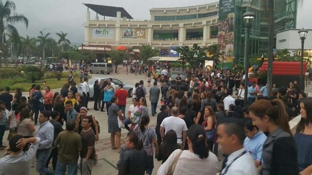 Las personas fueron evacuadas de los centros comerciales por seguridad
